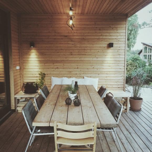Spisebord under ta - forlenger utesesongen og skygger for solen de varmeste dagene. Bordet og benken på enden har vi bygget selv av overskuddsmaterialer.