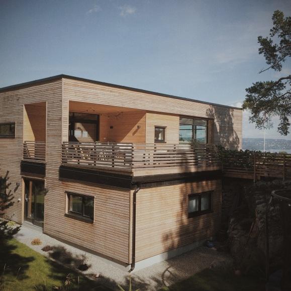 En av de fineste tingene med huset er hvordan det er tilpasset terrenget utenfor slik at terrassen har direkte utgang til berget på baksiden. Kledningen som er av Lerk vil bli mer grå med tiden.