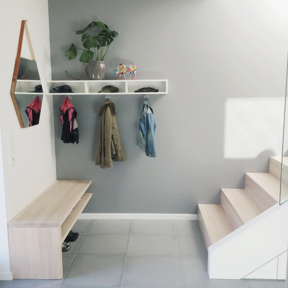Er så fornøyd med trapp -og oppbevaringsløsningen i gangen! Alt er bygget av møbelsnekker Majenski!