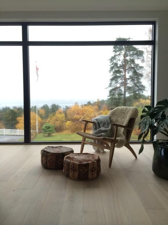 Hans J Vegner-stolen gjør seg i stuen forand de store vinduene...
