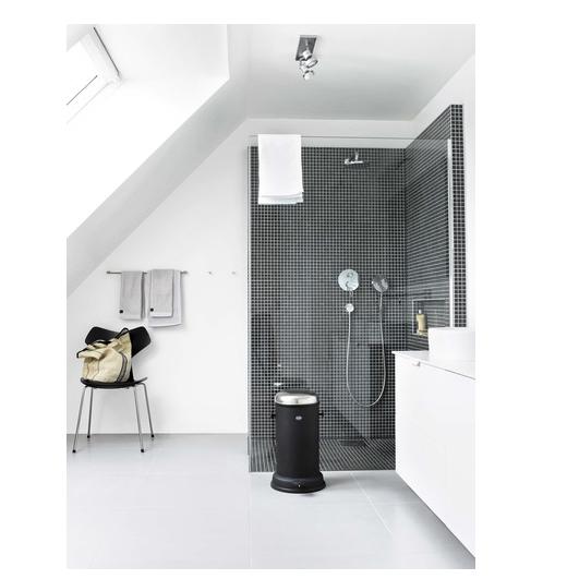 Fin løsning med betongfliser på badegulvet og sort mosaikk i dusjen.