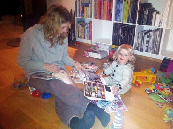 Jeg og Milla leser interiørblader og blir inspirert.