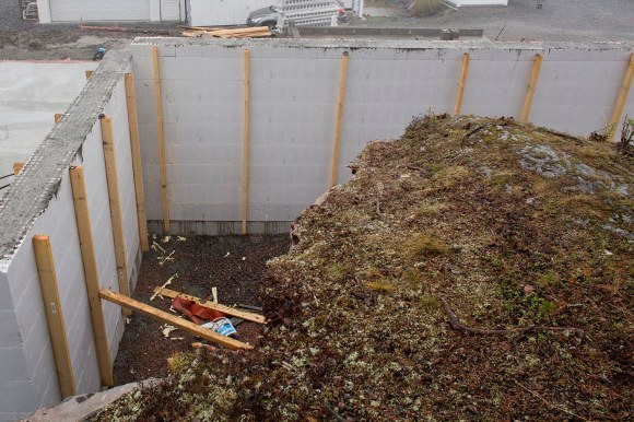 I hjørnet mellom de to støpte husveggene er området som skal etterfylles med steinmasser så stort og flatt at det kanskje vil være finest å plante en gresspelen.