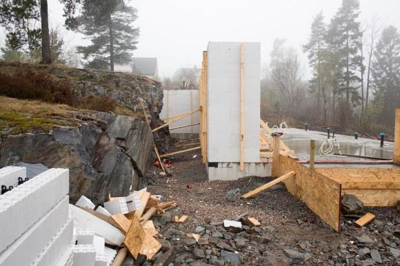 Her mellom  det sprengte fjellet og husveggen ønsker vi å lage en betongtrapp.