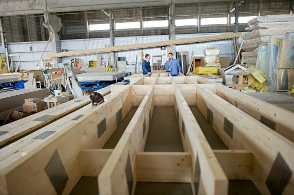 Et av takelementene på fabrikken. På enden står Raitis (til venstre) og en av de fast ansatte arkitektene på fabrikken.