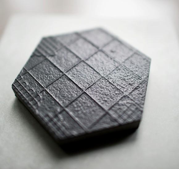 På badet skal vi ha fliser fra Mutina av typen Déchirer. Med mønster (som avbildet) i størrelse 60X60 på vegg i dusj og rundt badekar, og uten mønster på gulvet.