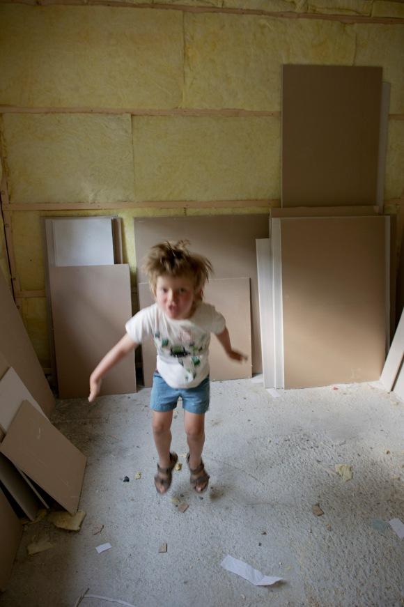 Ikke lett å ha med sprelske fireåringer på befaring, men blir så hoppende glad for å se sitt nye rom!