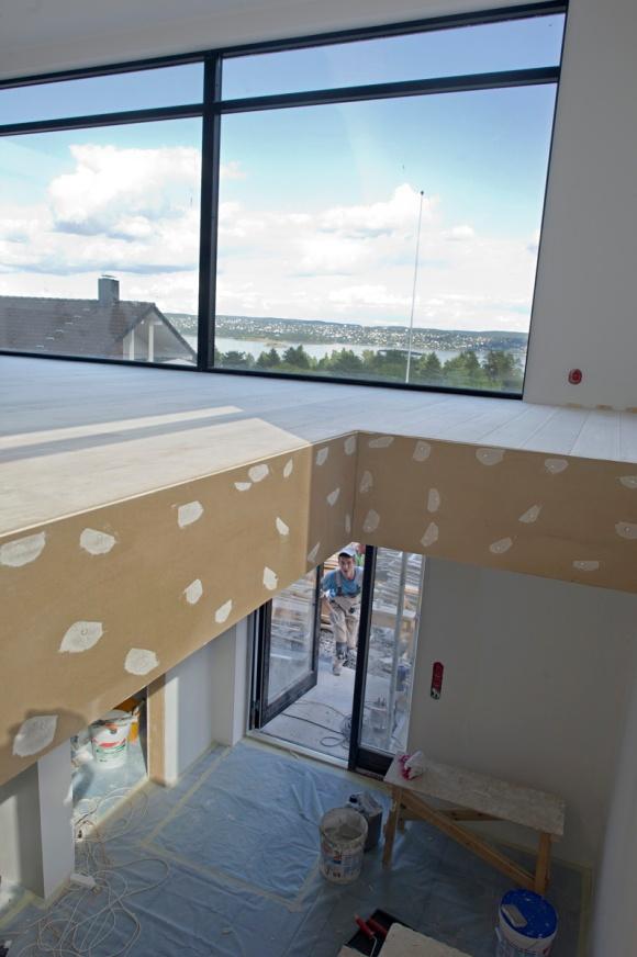 Arbeiderne jobber knallhardt om dagen for å ferdigstille huset innen fristen. Nå er det detaljer som maling som gjenstår.