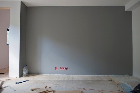 På veggen hvor vi skal ha TVen i barnas lekestue har vi malt i en nøytral gråfarge (S-4500N). Resten av veggene er hvite.