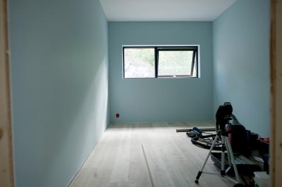 Hele rommet malt i fargen Sjøgløtt (S1510-B20G).