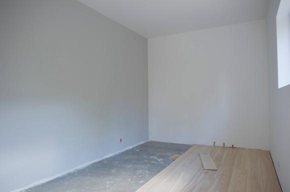 En vegg malt lysegrå (Nøytral, S2500N)