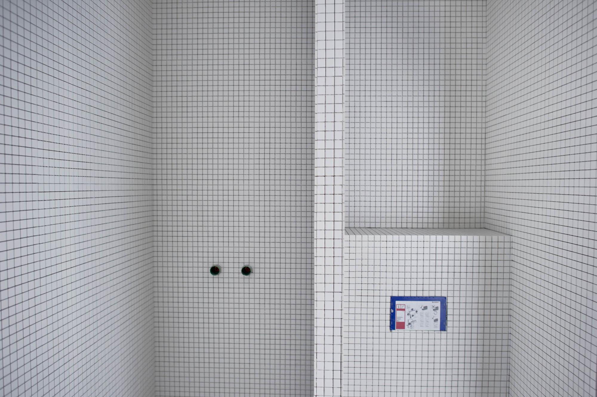P? det lille badet har vi hvite mosaikkfliser fra Vitra.