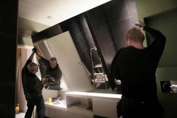 Det var ganske utfordrende å få opp det store speilet men glassmester Terje Østli og sin medhjelper klarte det uten problem.