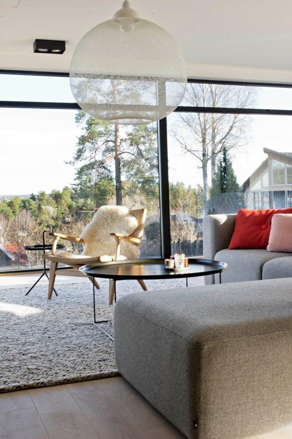 Den som sitter seg i Hans J Wegner stolen har fått beste plassen i huset med utsikt over Oslo og Oslofjorden
