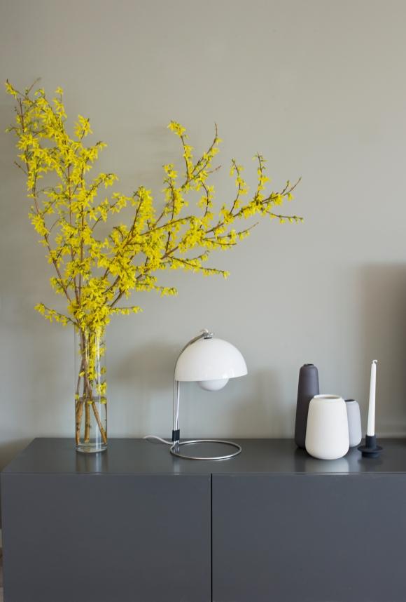 I mangel på et fin TV-og medieseksjon har jeg satt sammen fire IKEA BESTÅskap som jeg har pusset ned og malt i samme farge som kjøkkenet: N-7500S. Den lille brodlampen er fra danske &tradition, lysestaken fra Normann Copenhagen og de keramiske vasene fra Ditte Fisher.