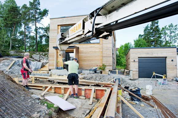 Betongen ble levert med en betongbil for å få en jevnest mulig farge og kvalitet.