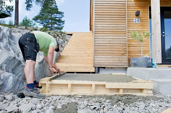 Etter forskalingene ble fylt opp med betong glattet mureren over toppen flere ganger for å få en helt glatt overflate. Først med en rett planke, deretter med en utjevningsmaskin.