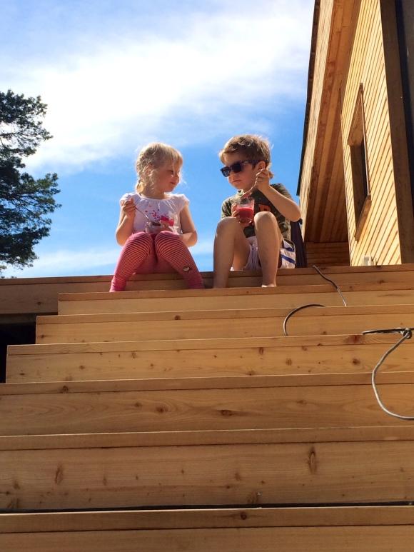 Den nye utetrappen vår er raskt blitt sommerens mest populære møbel -perfekt å sitte her og kose seg med en fersk bringebærsmoothie!