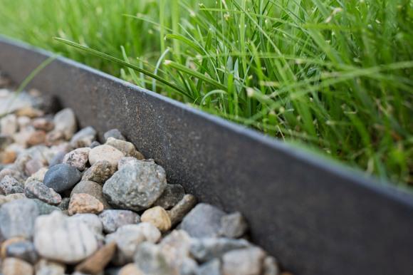 Everedge skiller enkelt mellom plen og grus.