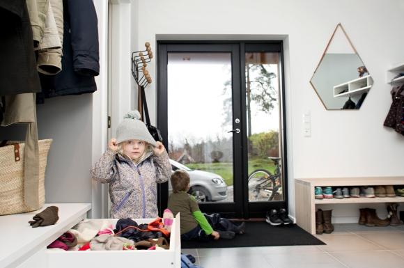 Har man et praktisk system som er tilpasset barns høyde, kan de være med å opprettholde orden og systemene for gangen din også.