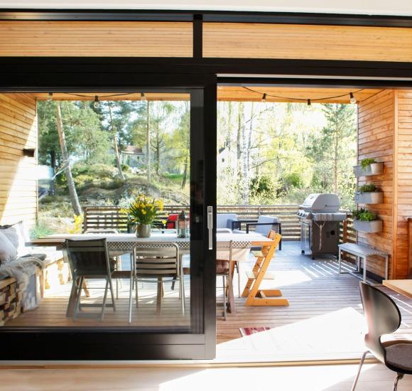 Terassen vår er praktisk forbundet med kjøkkenet og spisestuen inne med store skyvedører ut mot den takoverbygde spisedelen.